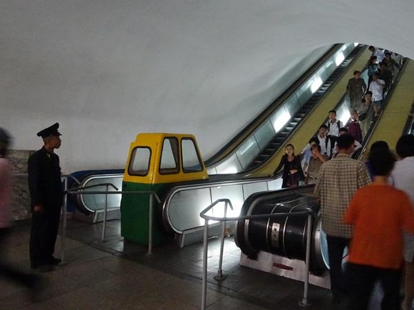 めっちゃ豪華な地下鉄☆平壌、北朝鮮ツアー2015_e0182138_22114748.jpg
