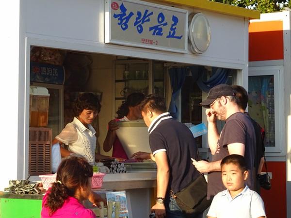 めっちゃ豪華な地下鉄☆平壌、北朝鮮ツアー2015_e0182138_22125564.jpg