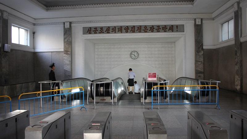 めっちゃ豪華な地下鉄☆平壌、北朝鮮ツアー2015_e0182138_2255172.jpg
