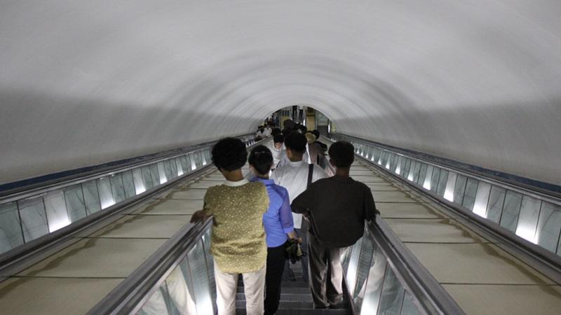 めっちゃ豪華な地下鉄☆平壌、北朝鮮ツアー2015_e0182138_2264698.jpg