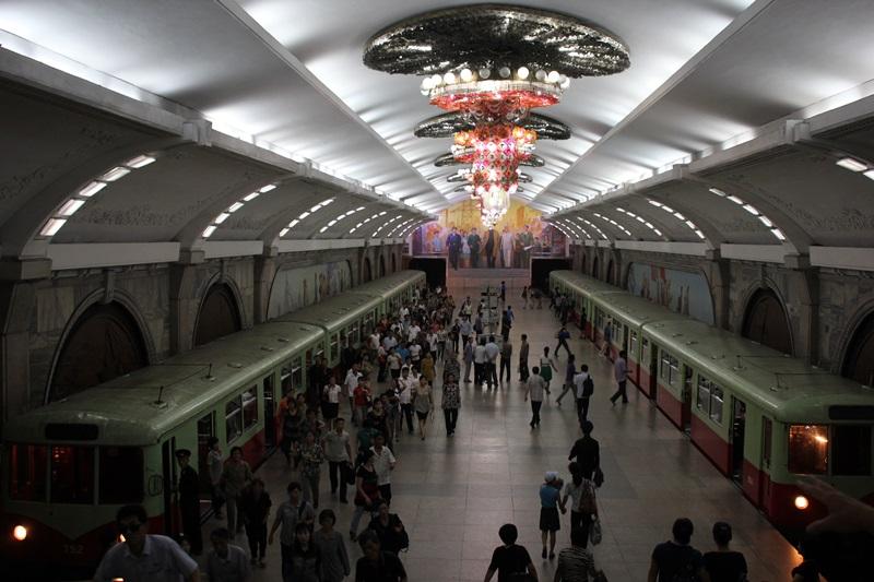 めっちゃ豪華な地下鉄☆平壌、北朝鮮ツアー2015_e0182138_2273798.jpg