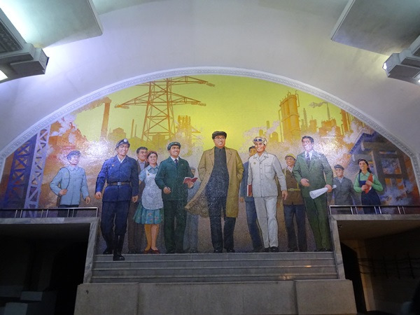 めっちゃ豪華な地下鉄☆平壌、北朝鮮ツアー2015_e0182138_2274957.jpg