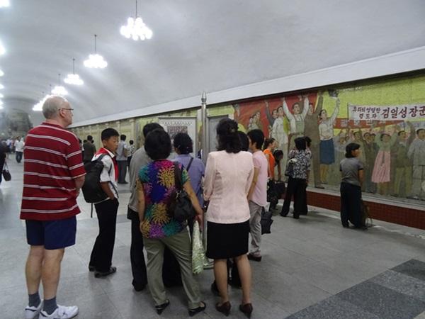 めっちゃ豪華な地下鉄☆平壌、北朝鮮ツアー2015_e0182138_2293924.jpg