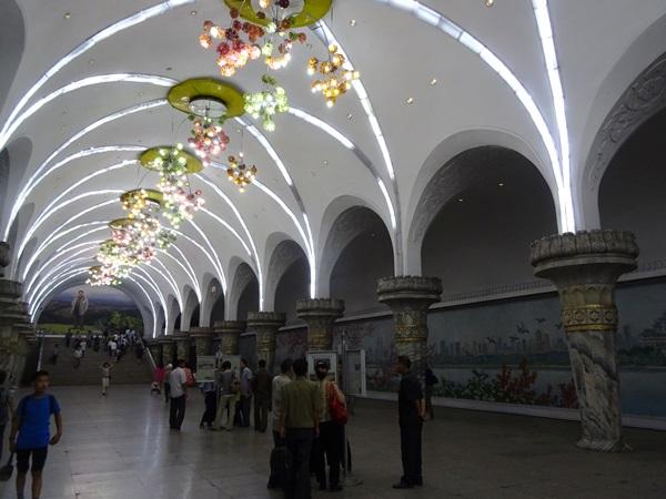 めっちゃ豪華な地下鉄☆平壌、北朝鮮ツアー2015_e0182138_229635.jpg