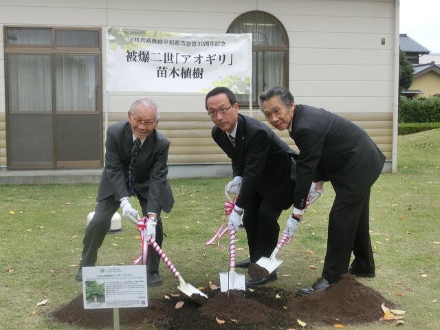 米の宮公園で被爆二世「アオギリ」の苗木の記念植樹_f0141310_7194321.jpg