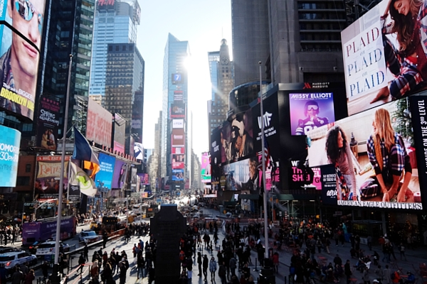 NYタイムズ・スクエアにある縦23.7m×横119.7mの世界最大HDデジタル看板(HD Digital Billboard)_b0007805_22344548.jpg