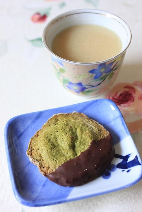しょうがパウダー入り甘酒とオ フルニル デュ ボワの抹茶&チョコクッキーでおやつの時間♪_a0154192_11382015.jpg