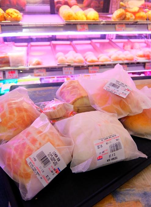 3ドルで満腹に?! 徳昌食品市場(Deluxe Food Market)の肉まんやお惣菜パン_b0007805_752350.jpg