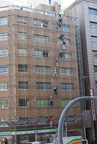 お向いのビルの足場解体作業_f0202682_1513554.jpg