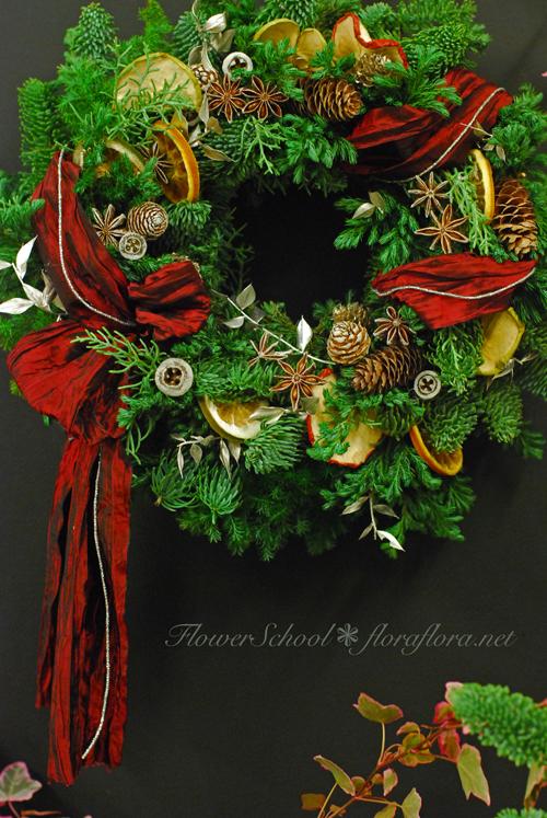 東京目黒不動前フローラフローラ花の教室 2015年新作クリスマスリース Flora*2のリースはやっぱりリボンが決め手!_a0115684_23102565.jpg