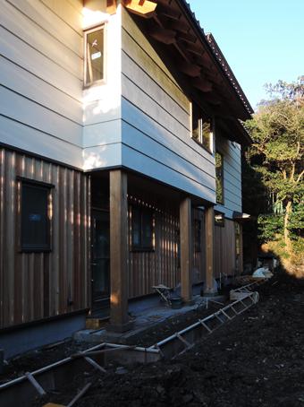 山泰荘の外壁と近くの神社の外壁_c0195909_10171015.jpg