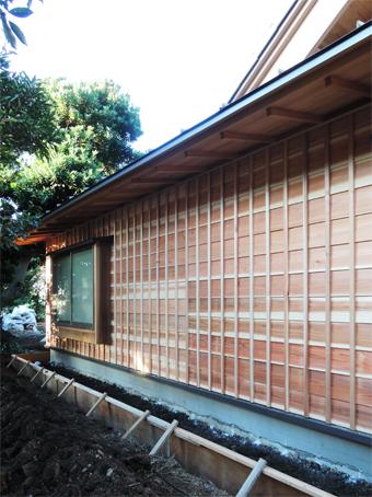 山泰荘の外壁と近くの神社の外壁_c0195909_10172090.jpg