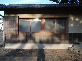 山泰荘の外壁と近くの神社の外壁_c0195909_10172537.jpg