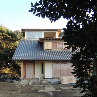 山泰荘の外壁と近くの神社の外壁_c0195909_10173749.jpg