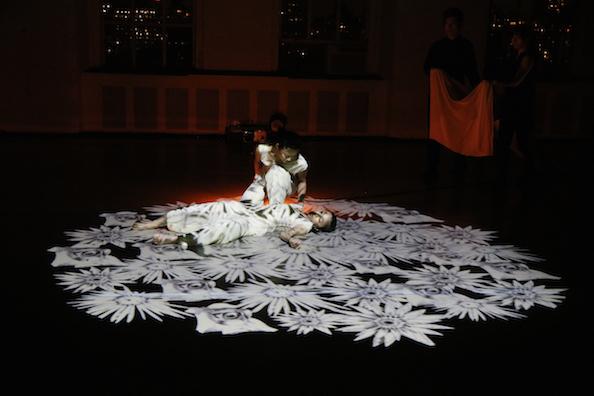 ダンスと音楽と最新映像のコラボ「In the Box」NY公演_c0050387_16292521.jpg