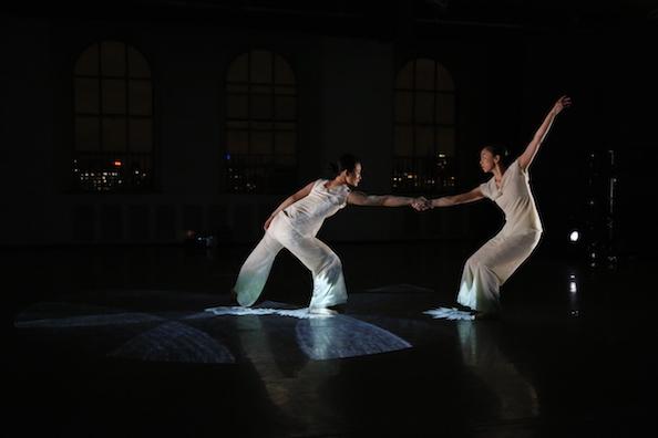 ダンスと音楽と最新映像のコラボ「In the Box」NY公演_c0050387_8303385.jpg