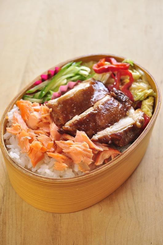 鶏と鮭のっけ弁当_b0171098_8275971.jpg