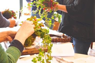 赤い実をつかった苔玉リース作り開催風景_d0263815_17202657.jpg