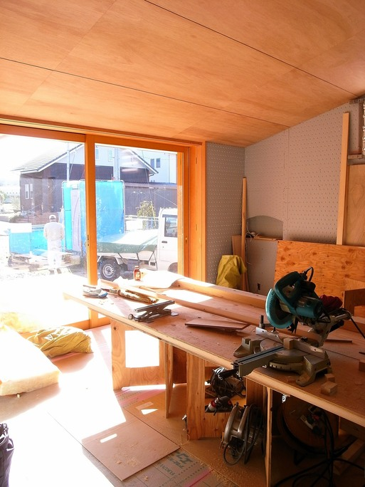 NTさんの家 居間の天井貼りが終わる 2015/12/4_a0039934_1812022.jpg