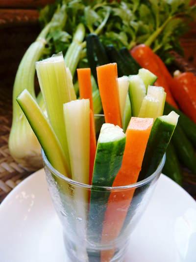 新鮮野菜スティックにも大好評!朝採りキュウリ、セロリ、ニンジン販売中!!_a0254656_9463152.jpg