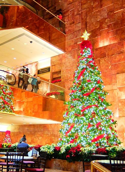 NY5番街沿いにあるトランプ・タワー内のクリスマス・ツリー_b0007805_19183917.jpg