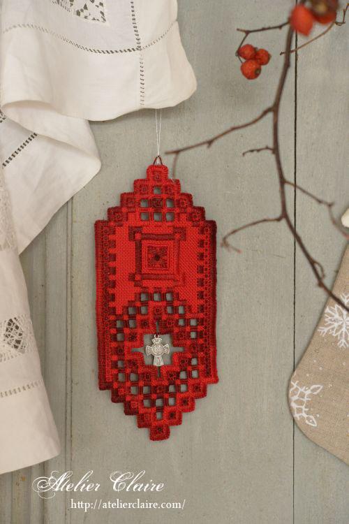 花刺繍のジュエリーボックスに合わせてハーダンガー刺繍の壁飾り_a0157409_23093352.jpg