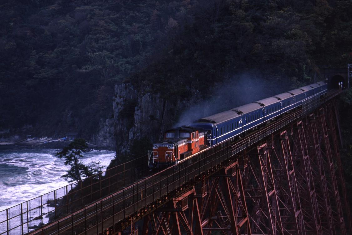 白い波と朝日を浴びる赤い機関車と青い客車 - 1984年・山陰本線 -  _b0190710_20483163.jpg