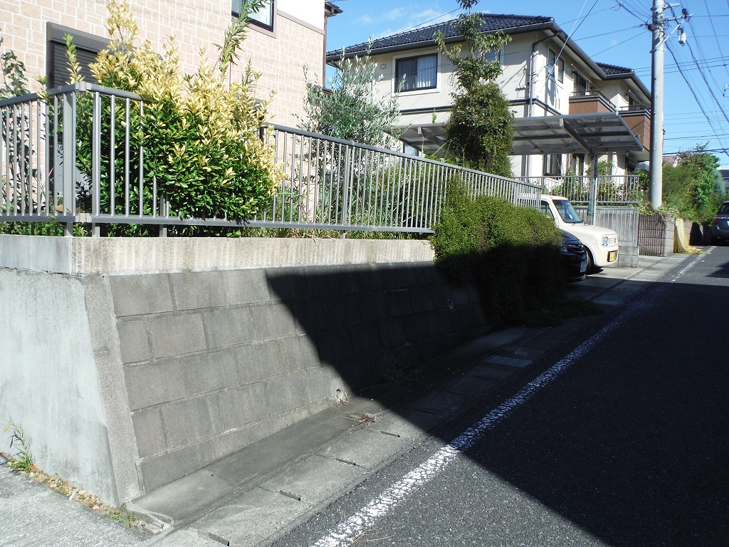 駐車場を広げたい ~ 高台の住宅です。_d0165368_1824842.jpg