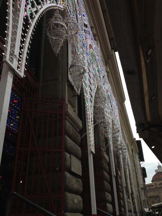 中央市場、今年はなぜか電飾クリスマス_a0136671_303795.jpg