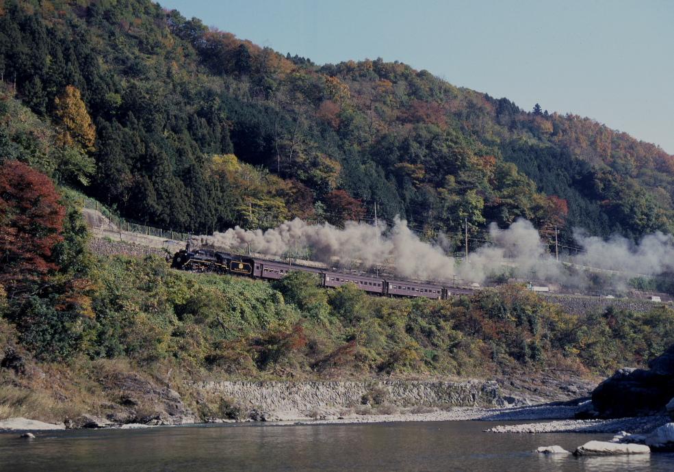 彩りの山と派手な汽車 - 25年前の秩父 -  _b0190710_21312497.jpg