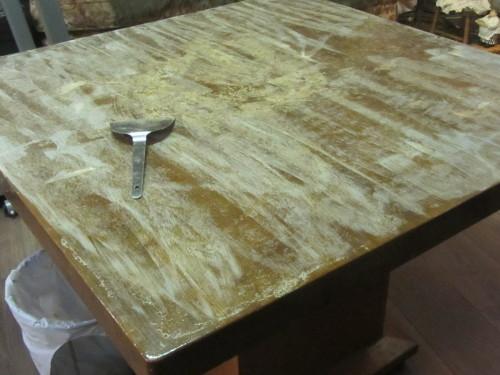 ダイニングテーブルのニス塗り直し始めました。大変。_a0173527_10225622.jpg