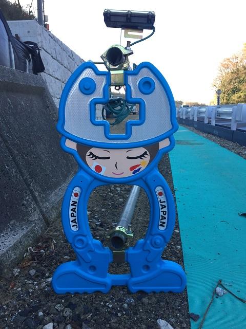 /// おもしろ単管バリケード発見 『日本チャチャチャ』No.22 /// _f0112434_0272716.jpg