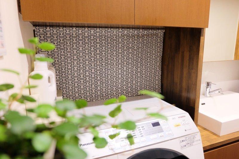 洗面所の見せたくないスペースは突っ張り棒カーテンで隠す!