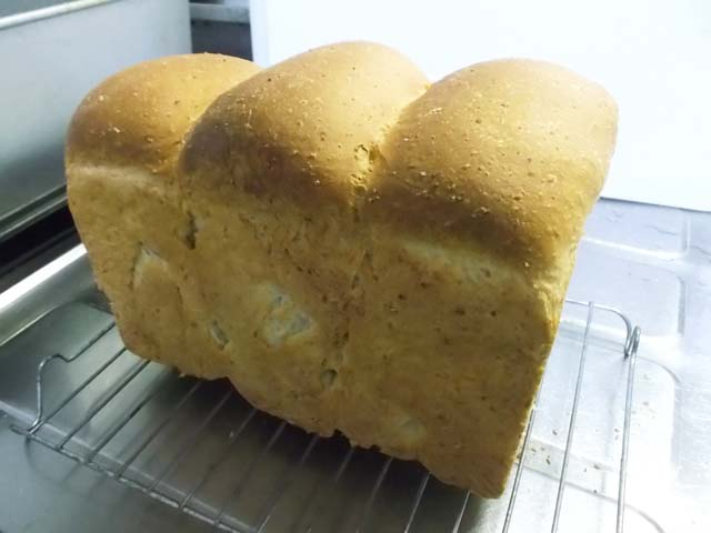 ライ麦山型パン焼きたて~_f0019498_19523315.jpg