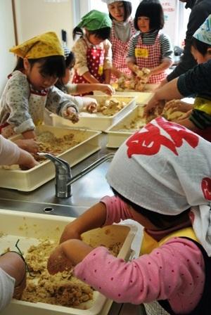 親子で楽しくお味噌作り講座を開催しました♪_d0298850_23243378.jpg