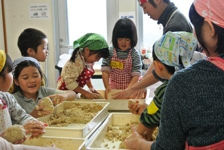 親子で楽しくお味噌作り講座を開催しました♪_d0298850_23282432.jpg