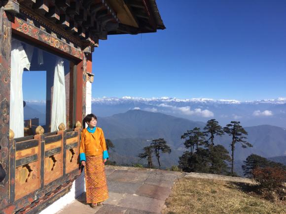 ブータン2日目、民族衣装のキラでドチュラ峠へ_d0339885_20383462.jpg