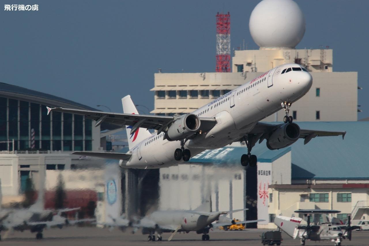 少々傾きながらの離陸 中国東方航空(MU)_b0313338_00011452.jpg