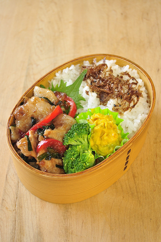 ニラとパプリカの豚生姜焼き弁当_b0171098_8473161.jpg
