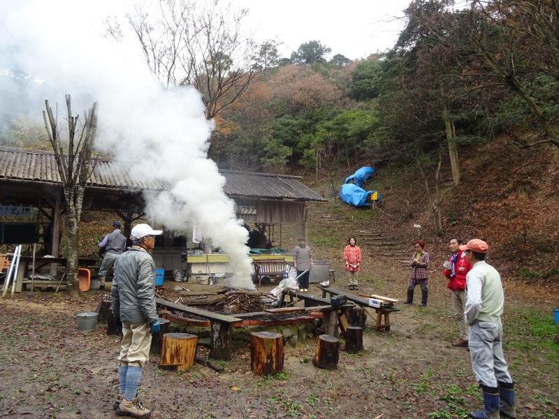 孝子駅に「みさき里山クラブ」が門松を寄贈しました _c0108460_20403510.jpg