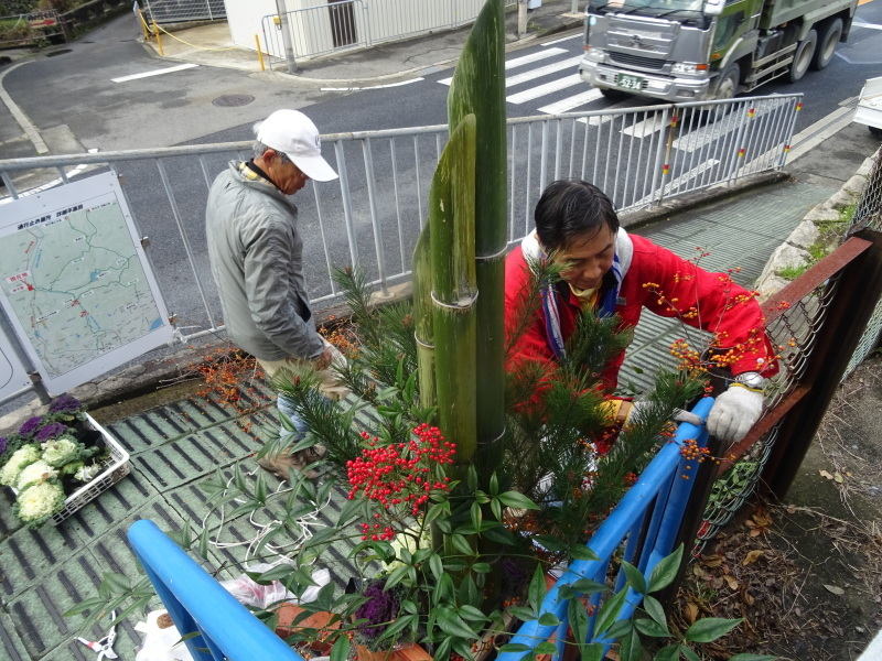 孝子駅に「みさき里山クラブ」が門松を寄贈しました _c0108460_20483216.jpg