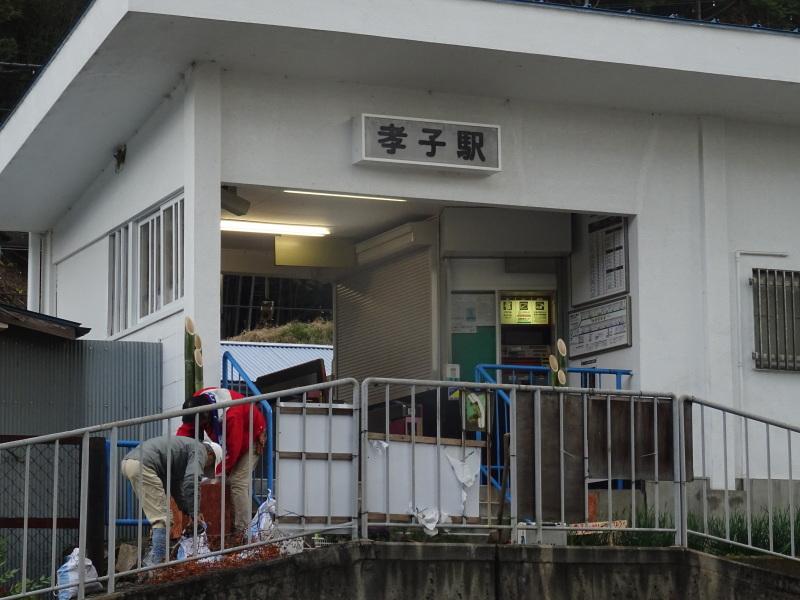 孝子駅に「みさき里山クラブ」が門松を寄贈しました _c0108460_20483527.jpg
