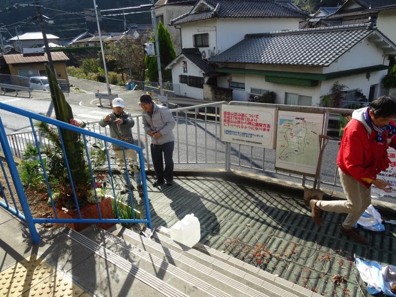 孝子駅に「みさき里山クラブ」が門松を寄贈しました _c0108460_20550746.jpg