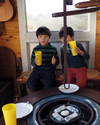 山小屋で孫達と餅と焼き芋を食す_d0130640_20564841.jpg