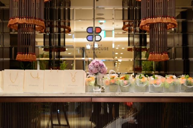 5月の装花 ブラッスリーポール・ボキューズ様へ オレンジのガーベラ 花に囲まれる幸せ_a0042928_10145635.jpg