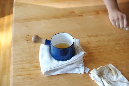 テーブルに蜜蝋を塗り込む。_c0110869_13224065.jpg