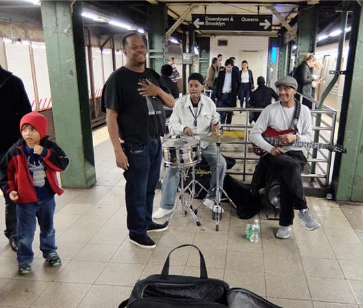NYの地下鉄ホームで遭遇したいい感じのおじさんファンク・バンド Majestic K Funk_b0007805_021845.jpg