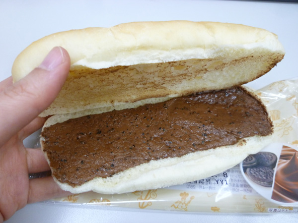 もっちりとしたコッペパン チョコ&クッキー@ローソン_c0152767_21123454.jpg
