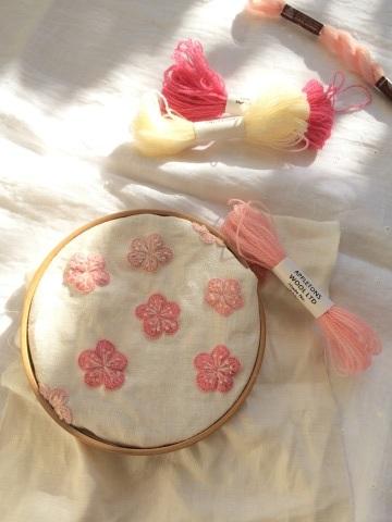 毛糸でザクザクステッチ中~お花が咲いてきました♪_a0157409_21351454.jpg