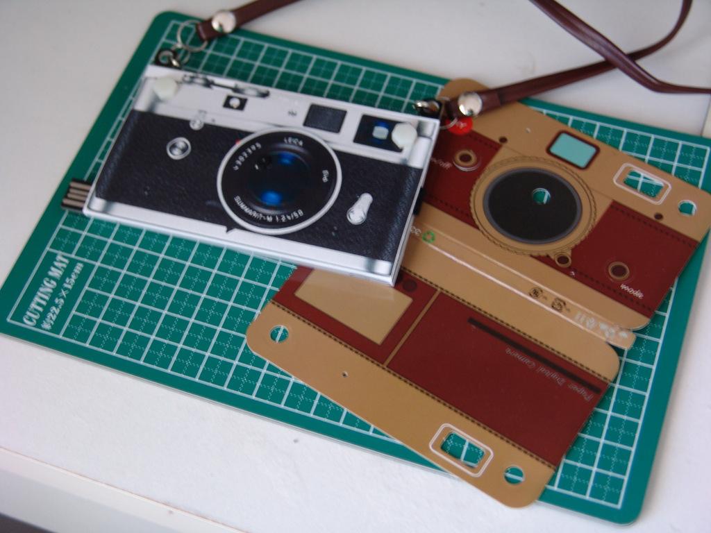 上海問屋のペーパーカメラを、Leica「風」に。_c0004568_23240977.jpg